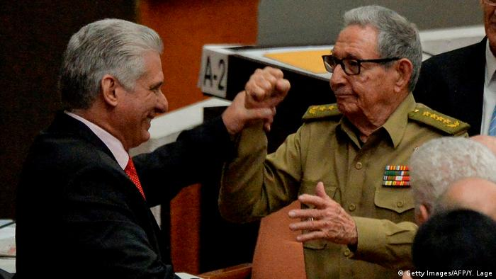 O presidente de Cuba, Miguel Díaz-Canel, cumprimenta o ex-presidente Raúl Castro