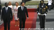 20.12.2019 *** French President Emmanuel Macron is welcomed by President Alassane Ouattara upon arrival in Abidjan, Ivory Coast, Friday Dec. 20, 2019. Macron is in Ivory Coast for a three-day official visit. (AP Photo/Diomande Ble Blonde) |