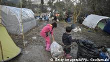 Griechenland Chios Flüchtlingszentrum | Kinder entsorgen Müll