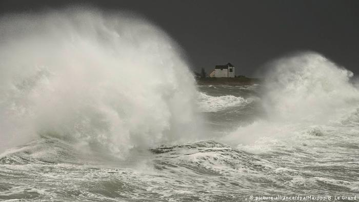 Шторм Фабиен бушует у берегов Франции