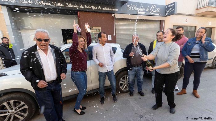 Spanien, Alicante: Menschen feiern in der Lotterieverwaltung Nummer 3 in Alcoy