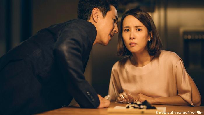 Filmstill - Parasite von Bong Joon-ho - Szene mit jungem Paar im vertrauten Gespräch (picture-alliance/dpa/Koch Film)