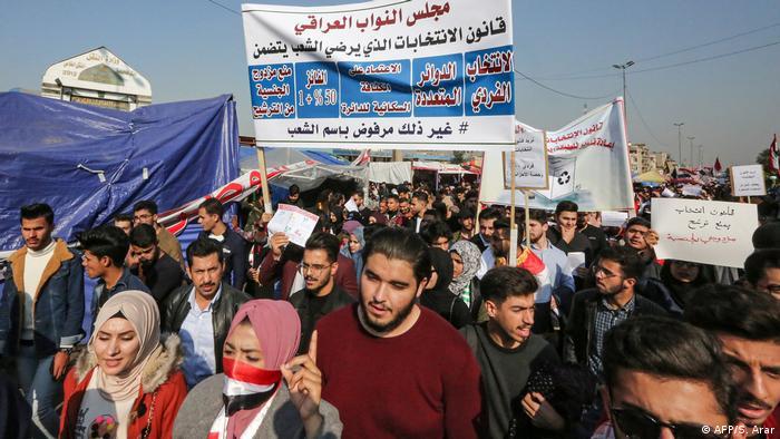 البرلمان العراقي ينفذ أحد مطالب المحتجين ويقر قانوناً جديداً للانتخابات