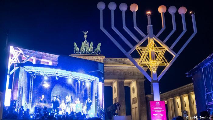 Ханукальный светильник у Бранденбургских ворот в Берлине. 22 декабря 2019 г.