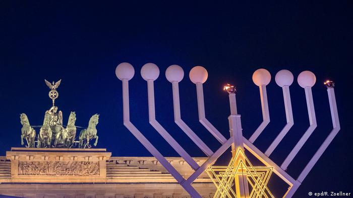 Менора у Бранденбургских ворот в Берлине в праздник Хануки