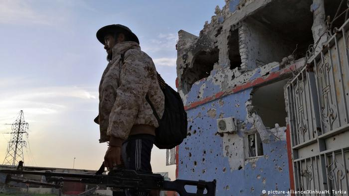 fighter of the UN-backed government forces of Libya is seen in south of Tripoli, Libya (picture-alliance/Xinhua/H. Turkia)