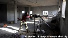 Libyen Benghazi | Kämpfer mit Stationärer Waffe (picture-alliance/AP Photo/M. El-Shaiky)