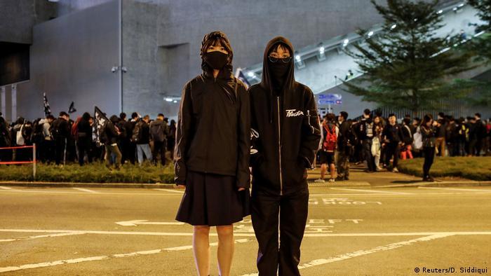 متظاهرتان في هونغ كونغ على تنامي نفوذ بكين وتأثيرها على حكومة هونغ كونغ
