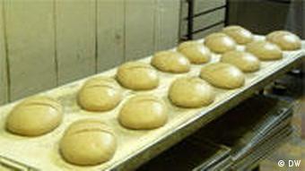 Teigtisch mit Broten (Foto: DW)