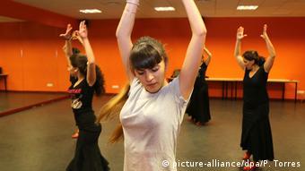 Dancers practice at the Flamenco School Granada (picture-alliance/dpa/P. Torres)