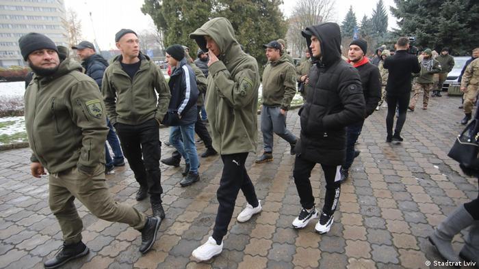 Хто і чому бере участь в акціях у Львові - саме це намагались з'ясувати журналісти, яким зараз погрожують