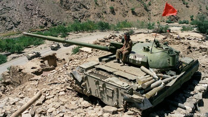 Подбитый советский танк Т-64 в Афганистане, 1989 год
