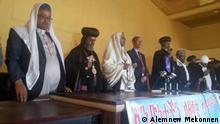 Der religiöse Vater der äthiopisch-orthodoxen Kirche und ein Muslim besuchten die tatort und diskutierten mit der Gemeinde Copyright: Alemnew Mekonnen / Motta Communication Office ( They allawed to use on DW page)