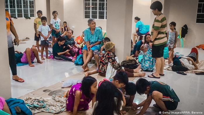 Philippinen   Menschen in Notunterkunft bevor Taifun Phanfone auf Land trifft (Getty Images/AFP/A. Beronio)