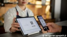 Cashless payment at a restaurant PUBLICATIONxNOTxINxJPN 111856061