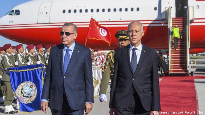 Tunesien Tunis | Recep Tayyip Erdogan, Präsident Türkei & Kais Saied (picture-alliance/AP Photo/S. Abid)