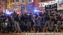 Hongkong l Anti-Regierungsproteste an Weihnachten - Sicherheitskräfte warnen mit Bannern