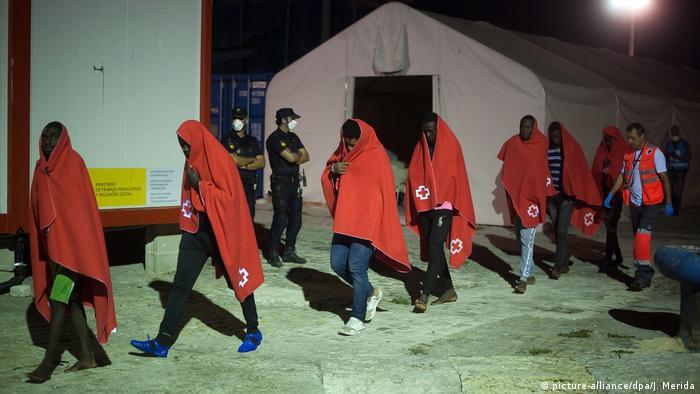 مهاجرون حالفهم الحظ وتمكنوا في الوصول إلى الأراضي الإسبانية بمساعدة سفينة انقاذ (أرشيف)