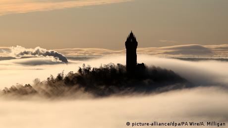 BdTD Stirling Winter in Großbritannien Wallace Monument (picture-alliance/dpa/PA Wire/A. Milligan)