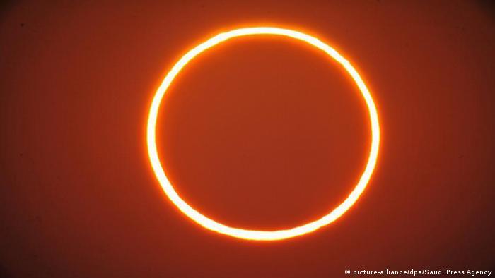 Desde Arabia Saudita hasta Omán, pasando por India y el Sudeste Asiático, muchos amantes de la astronomía pudieron ver este jueves un inusual eclipse de tipo anillo de fuego.