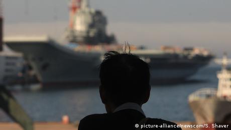 China | Zwei Flugzeugträfer in der Schiffswerft von Dailan (picture-alliance/newscom/S. Shaver)