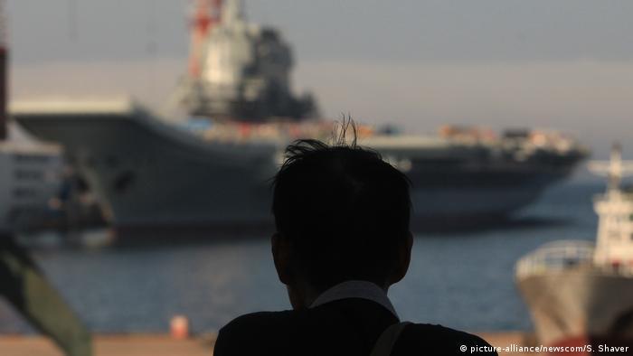 China | Zwei Flugzeugträfer in der Schiffswerft von Dailan
