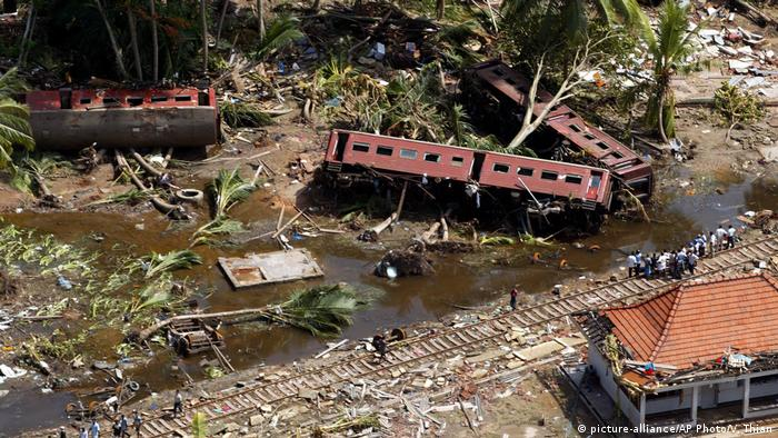 A train flung from its tracks from the huge wave in Sri Lanka in December 2004 (picture-alliance/AP Photo/V. Thian)