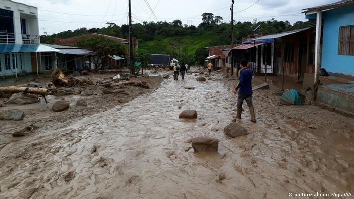 Foto de un pueblo colombiano con lodo cubriendo su calle.