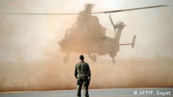 Un hélicoptère Tigre atterrit à l'aéroport de Mopti dans le centre du Mali (02.02.2013)