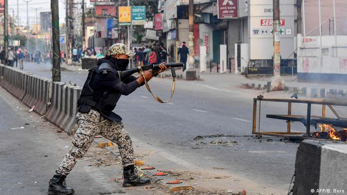 Indian authorities have deployed thousands of riot police to control the protests. At least 25 people have so far died in two weeks of at times violent demonstrations. India's army chief has also criticized the role of students in the protests.