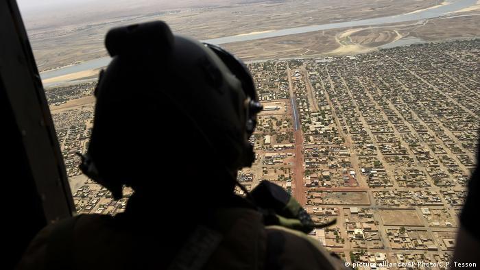 Французький солдат пролітає на вертольоті над північчю Малі