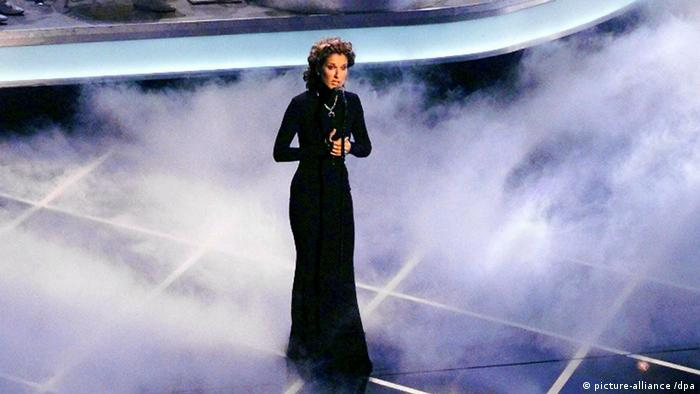 Celine Dion sings My Heart will go on the stage at the 70th Oscar Awards show. (picture-alliance /dpa)