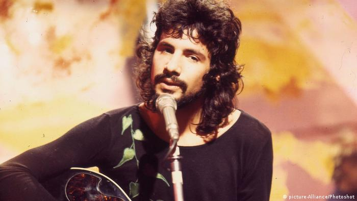 Cat Stevens 1970 mit Gitarre am Mikrofon (picture-Alliance/Photoshot)