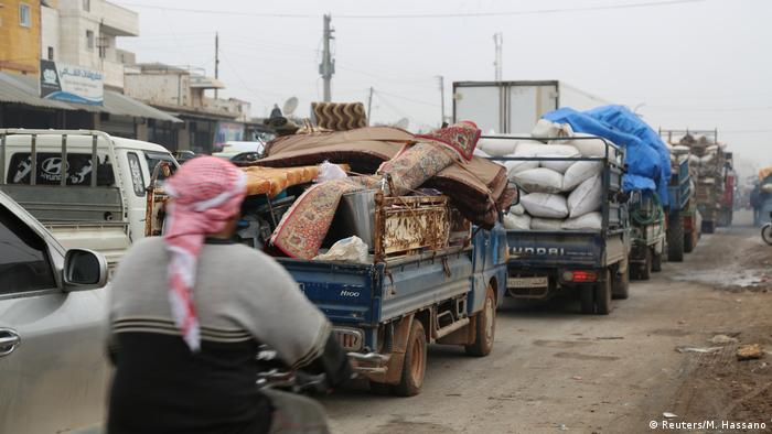 Refugees leaving Idlib province in trucks and cars