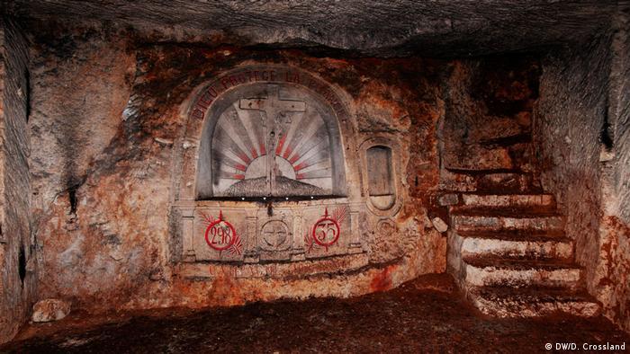Capela esculpida em pedra