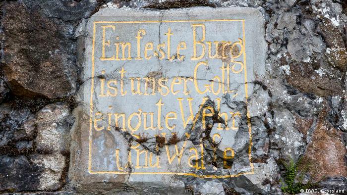 Inscrição em alemão na entrada de uma caverna