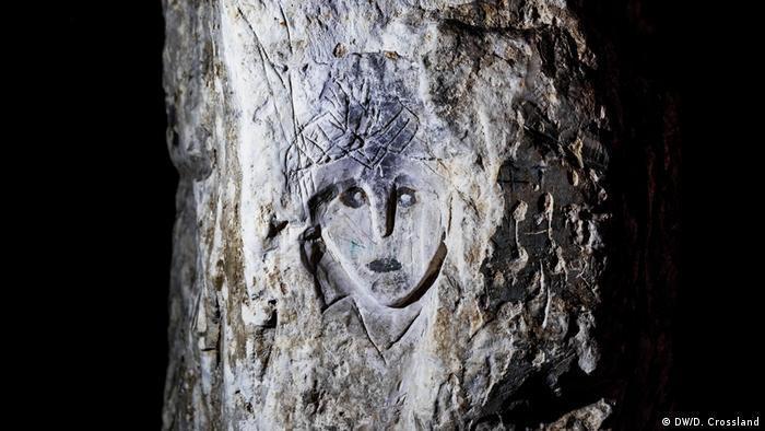 Rosto esculpido em pedra de caverna