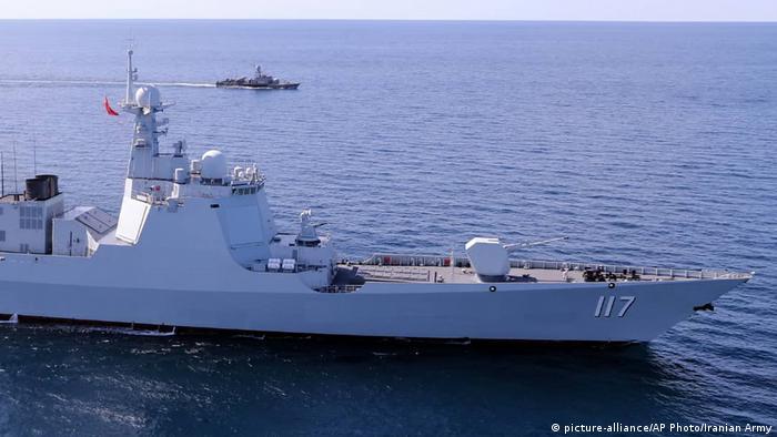 Kriegsschiffe bei einem Manöver im Golf von Oman (Foto: picture-alliance/AP Photo/Iranian Army)
