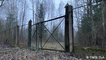 Если верить Гаравскому, за этими воротами, через 100-200 метров похоронили Виктора Гончара и Анатолия Красовского