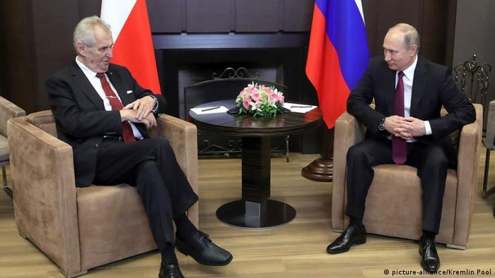 Prezydent Czech Milosz Zeman (l.) z prezydentem Rosji Władimirem Putinem