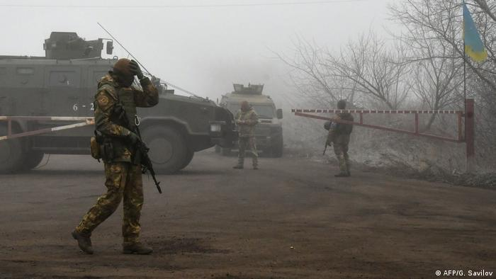 Soldados ucranianos supervisan un intercambio de prisioneros en el este del país.