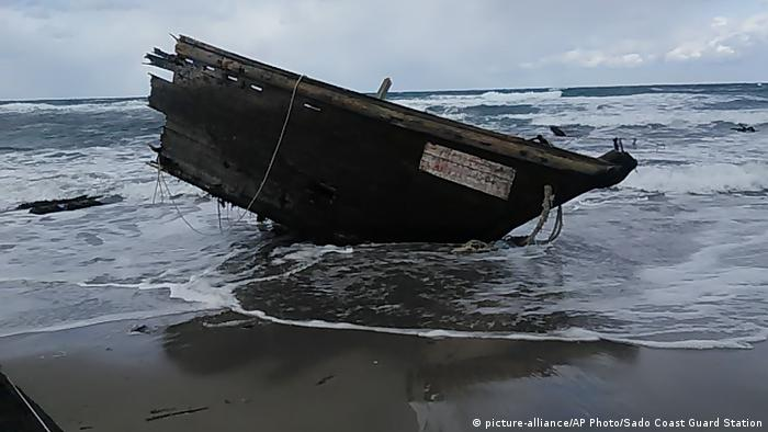 Japan Nordkoreanisches Bootswrack (picture-alliance/AP Photo/Sado Coast Guard Station)