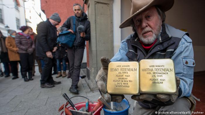Gunter Demnig with the 75,000th Stolperstein (picture-alliance/dpa/S. Puchner)