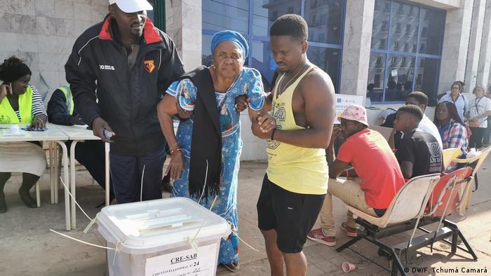 Guinea-Bissau Wahl 2019 | Ältere Frau Stimmabgabe