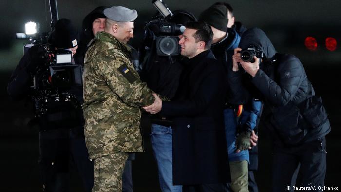 Володимир Зеленський зустрічає звільнених українців у Борисполі