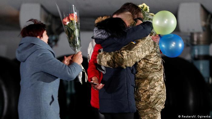 Зустріч українців, які повернулися до Києва після обміну з ОРДЛО, 29 грудня 2019 року