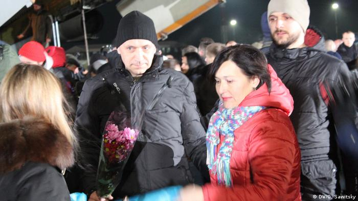 Освобожденных украинцев встречали в Борисполе с цветами