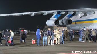 Встреча освобожденных украинцев на аэродроме
