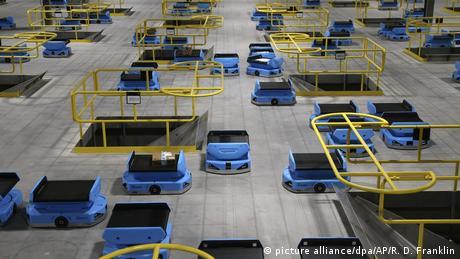 BdTD - USA l Dutzende Roboter fahren durch ein Lagerhaus von Amazon (picture alliance/dpa/AP/R. D. Franklin)