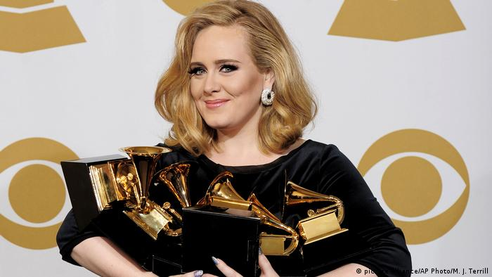 Adele with 6 Grammy Awards (picture-alliance/AP Photo/M. J. Terrill)